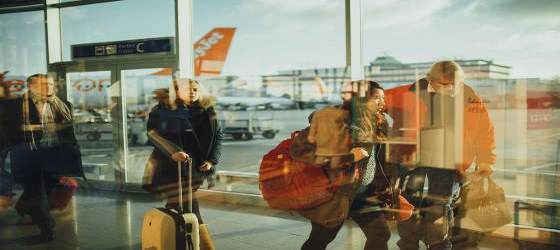 trabajadores caminando por el aeropuerto