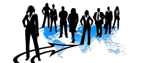 Mujer líder de un equipo como ejemplo de igualdad en las empresas
