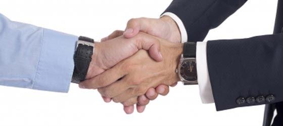 Apretón de manos que simboliza el éxito en la sucesión en la empresa familiar