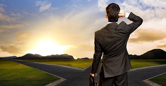 Hombre que duda ante una decisión. Solución: profesionalización de la empresa